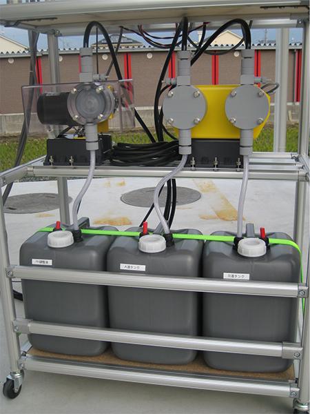 調整液タンクと定量ポンプ